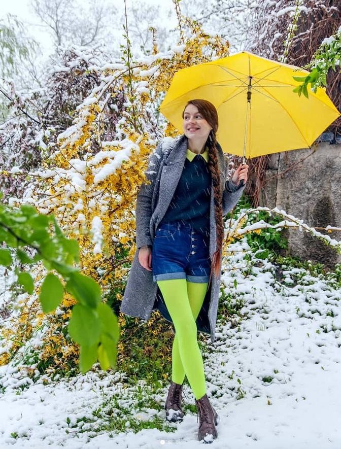 """""""Снег в мае или рассказо съемке в 7:30 утра. Неделю назад в городе выпал снег. Знаменательно это событиепо двум причинам: во-первых,зимой снега почти не было и чтобы сделать снежные снимки, должно былореально повезти, а, во-вторых, за пару дней до снегопада цвели вишни и я ходила на улицу в платье"""". Фото Instagram: @zimnyaya_yuliya"""