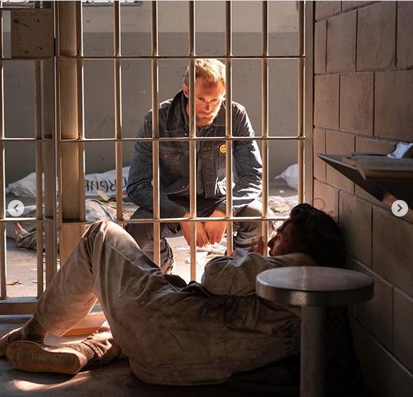 """Кадр из сериала """"Противостояние"""" (2020). Фото скриншот: instagram.com/vanityfair/"""
