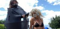 Полуголая Хайди Клум показала, как безопасно пользоваться услугами парикмахера на карантине