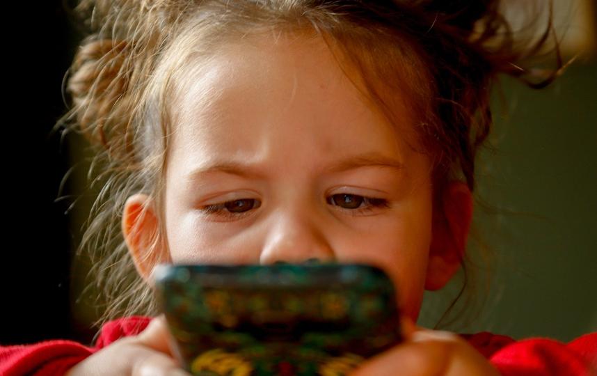 Перво-наперво нужно определиться с возрастом, с которого детям можно дать в руки телефон, и временем, которое он с ним может провести. Фото Pixabay