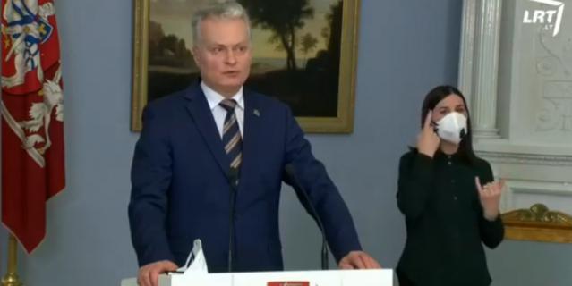 Сурдопереводчик на пресс-конференции президента Литвы использовала защитную маску.