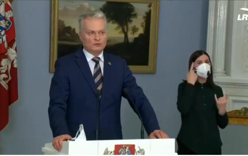 "Сурдопереводчик на пресс-конференции президента Литвы использовала защитную маску. Фото https://vk.com/im?sel=288261816&z=video-18335384_456241443%2F81be68e655e02681f2%2Fpl_post_-177897916, ""Metro"""