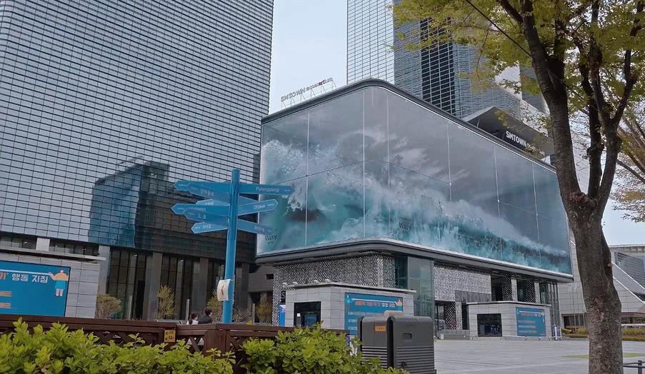 "Волна накатывает на стеклянную стену. Фото скриншот youtube-канала МИР ВОКРУГ НАС, ""Metro"""