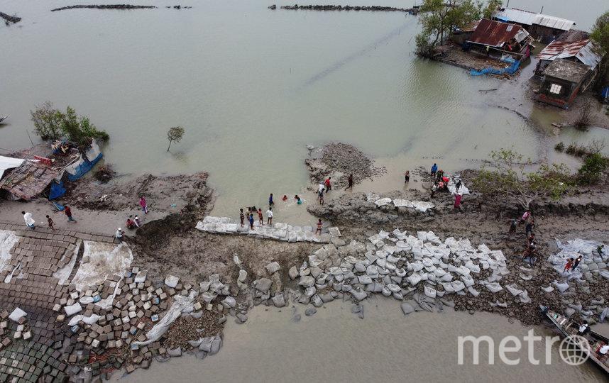 Волонтёры помогают выбраться жителям штата Западная Бенгалия из затопленных городов. Фото AFP