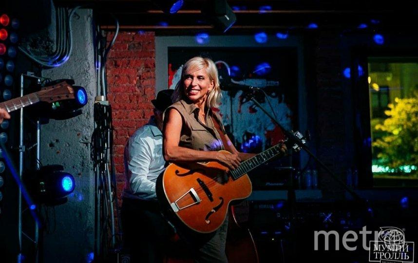 Алёна Свиридова на сцене бара. Фото Instagram @mtbarmoscow