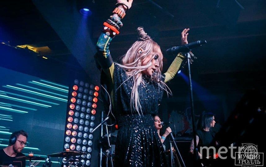 Линда на сцене бара. Фото Instagram @mtbarmoscow