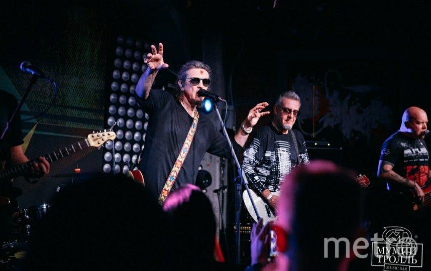 "Сергей Галанин и группа ""СерьГа"" на сцене бара. Фото Instagram @mtbarmoscow"
