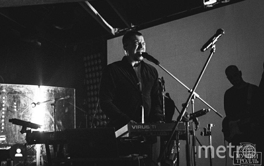 """Антон Беляев и группа """"Therr Maintz"""" на сцене бара. Фото Instagram @mtbarmoscow"""