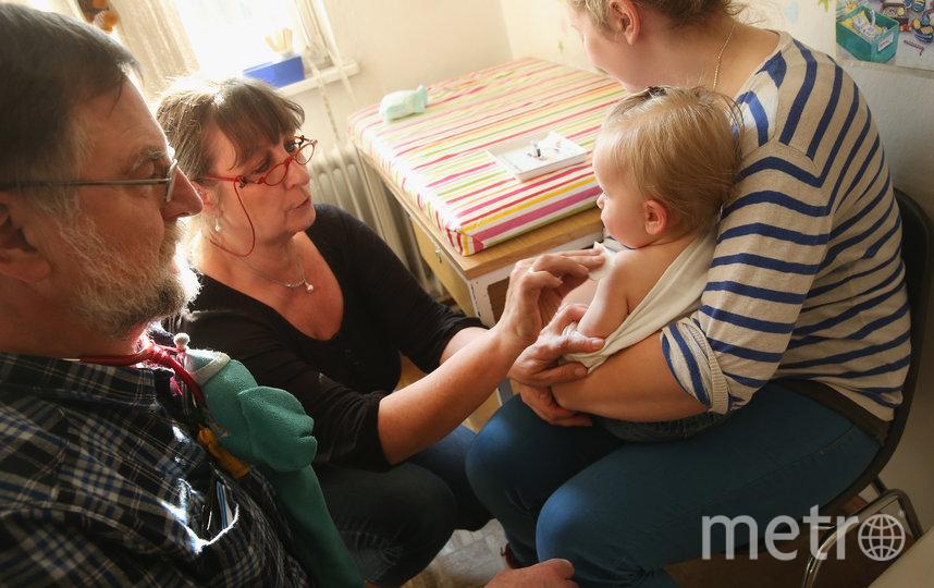 Многие родители боятся покидать дом во время карантина, чтобы отправиться к доктору за прививкой. Фото Getty