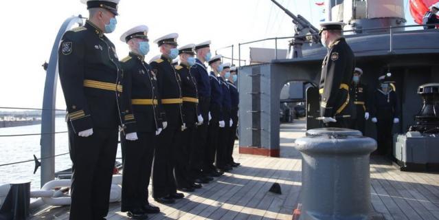 """На """"Авроре"""" состоялось торжественное построение экипажа в парадной форме."""