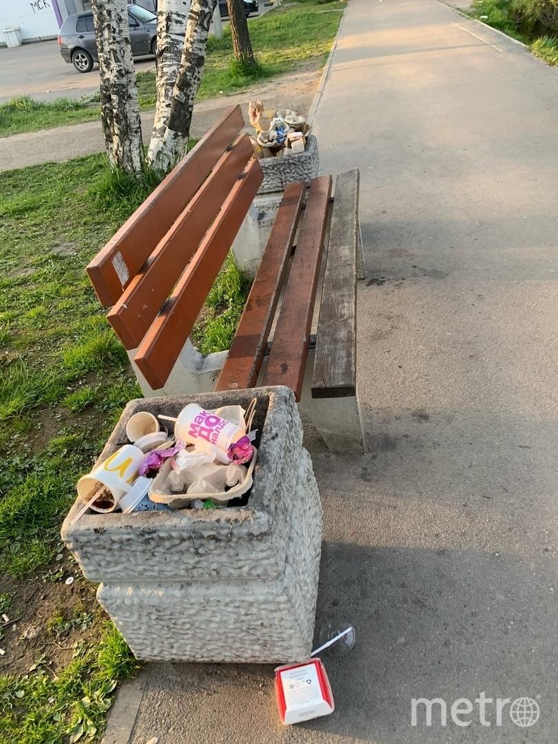 """Мусорки были переполнены. Фото https://vk.com/okeygorelovo, """"Metro"""""""