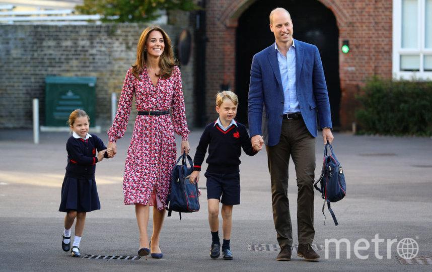 Принц Джордж и принцесса Шарлотта с родителями во дворе своей школы. Фото Getty