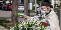 Священники в США держат дистанцию с прихожанами при помощи водных пистолетов