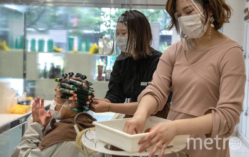 Единственное, что изменилось в укладе заведений, – это обязательное ношение перчаток и защитных щитков. Фото Getty