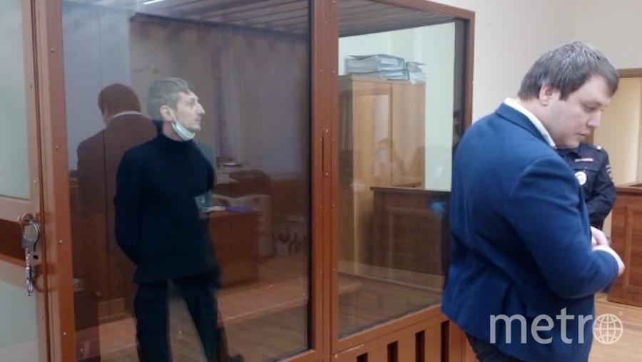 Уроженец Нижневартовска Алексей Барышников (слева), обвиняемый в захвате заложников в отделении Альфа-банка, на заседании Хамовнического суда города Москвы, где рассматривается ходатайство следствия об избрании ему меры пресечения. Фото РИА Новости