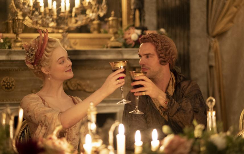 Эль Фаннинг в образе Екатерины II и Николас Холт, сыгравший Петра. Фото кадр из сериала