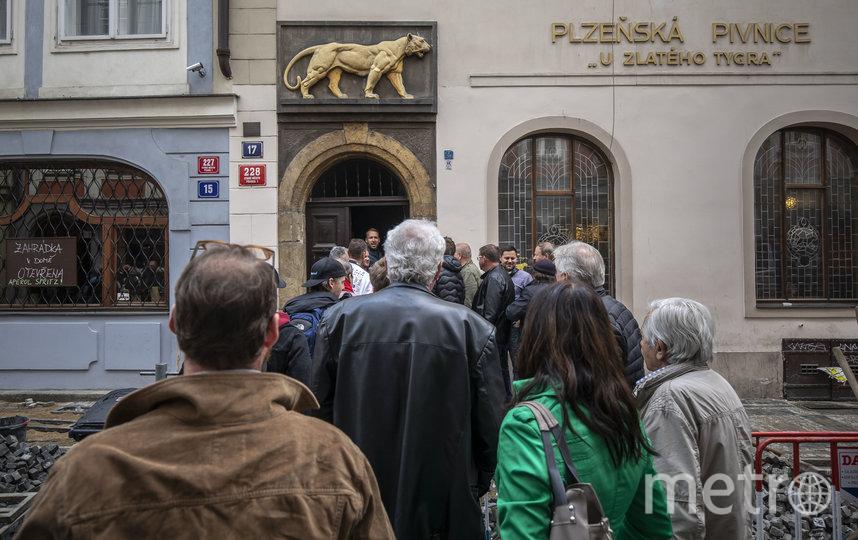 В Праге в один из пабов даже была очередь. Фото Getty