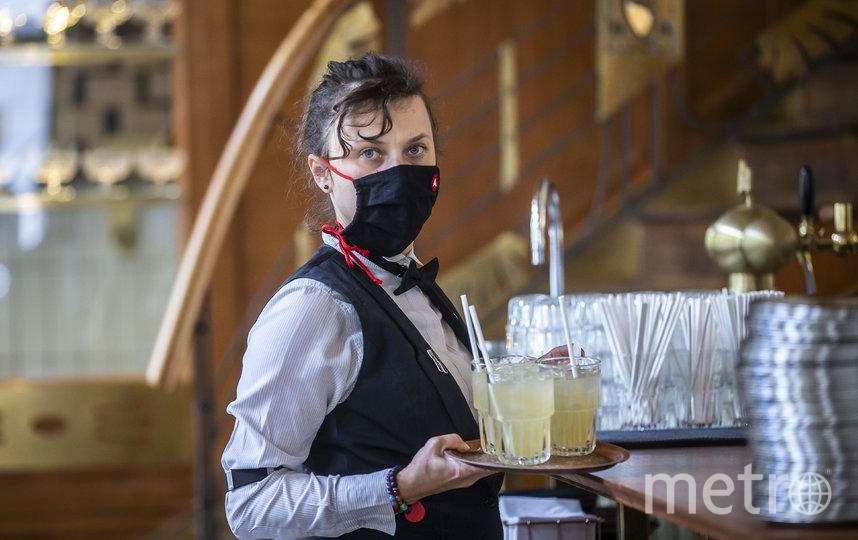 Обслуживающий персонал также носит маски и средства защиты. Фото Getty