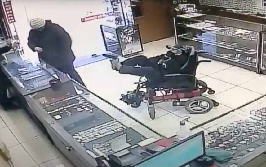 Момент ограбления. Фото Скриншот видео Rota Policial TV WEB.