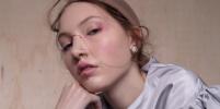 Дизайнер делает модные украшения для носа, не требующие проколов