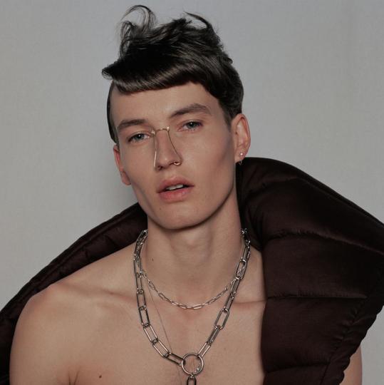 Дебютная коллекция Джоан Тан представляет собой набор украшений для носа, для ношения которых не требуется наличия дырок. Фото instagram.com/joanne_t_jewellery