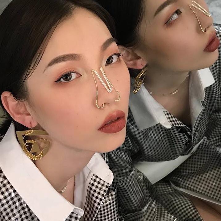 Изогнутые линии позволяют носовым манжетам держаться на выступающих частях носа и переносицы и не спадать. Фото instagram.com/joanne_t_jewellery