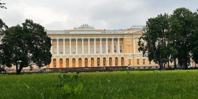 Михайловский сад, где лежала на траве с учебниками Екатерина Галанова.