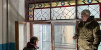 В Петербурге активисты показали отремонтированное историческое окно