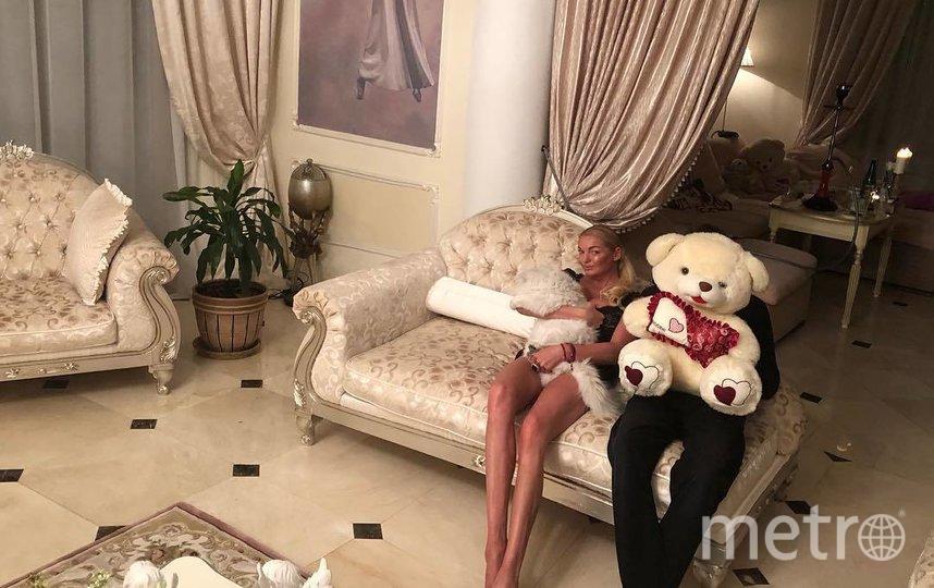 "Анастасия и ноги любимого. Фото www.instagram.com/volochkova_art/, ""Metro"""