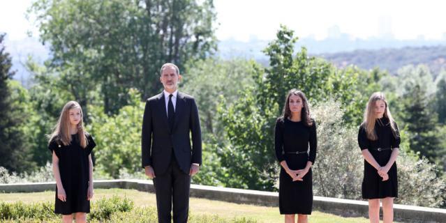 Король Испании Фелипе VI, его супруга Летисия и дочери – наследная принцесса Леонор и инфанта София.