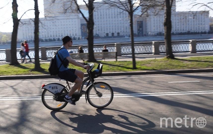 Чтобы использовать велосипед, москвичи должны быть в перчатках, или же после окончания проката продезинфицировать руль, ручки тормоза и другие части велосипеда, к которым они прикасались. Фото РИА Новости
