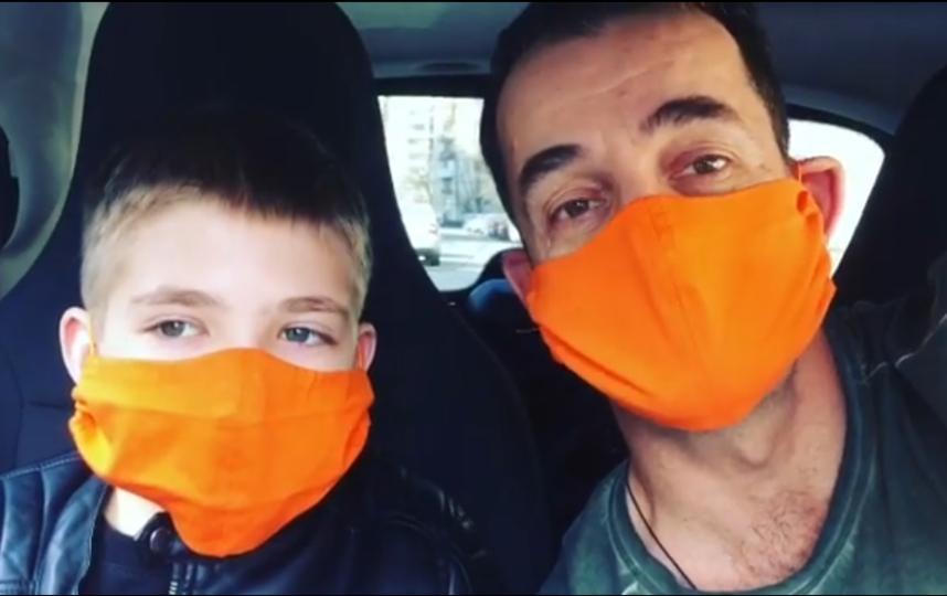 """Дмитрий Певцов: """"Это маска неравнодушия. В ней я спасаю жизнь. Не свою. Жизнь ребенка, жизнь семьи, жизнь многодетной мамы. Сейчас им очень нужна наша поддержка"""". Фото Instagram @dima_pevtsov"""
