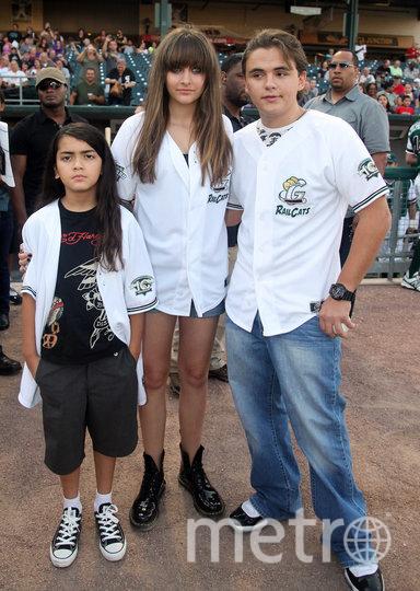 Пэрис Джексон в 2012 году с братьями. Фото Getty