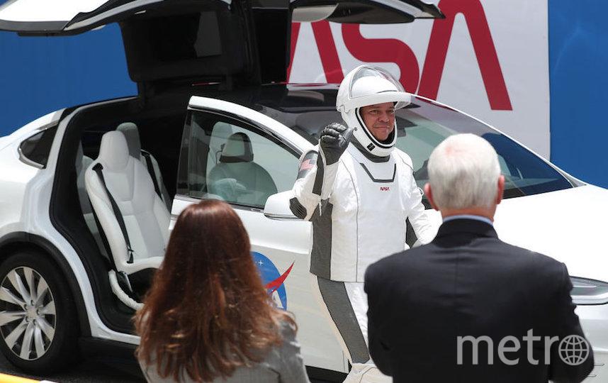 "Астронавты Даг Херли и Роберт Бенкен прибыли на место старта на ""Тесле"". Фото Getty"