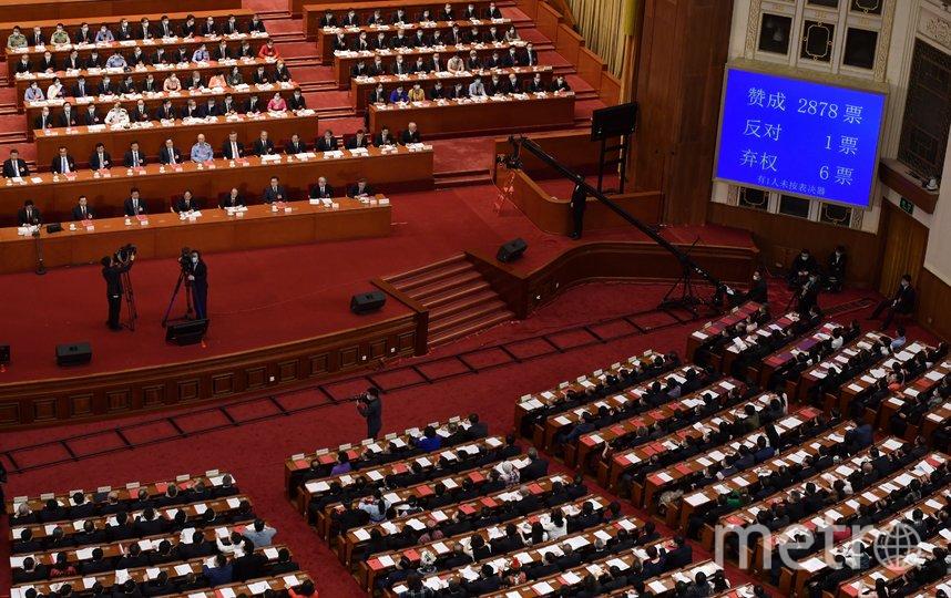 В общей сложности за документ проголосовали 2878 депутатов, один – против, шестеро воздержались. Фото AFP