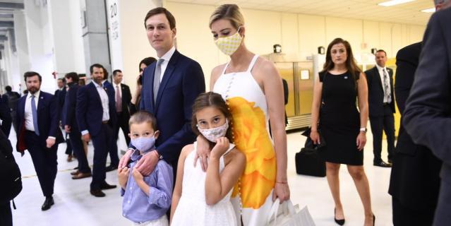 Иванка Трамп появилась на публике в белом платье с ярким жёлтым принтом и маской в тон.