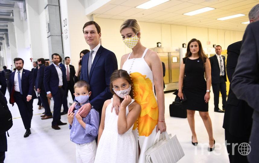 Иванка Трамп появилась на публике в белом платье с ярким жёлтым принтом и маской в тон. Фото AFP