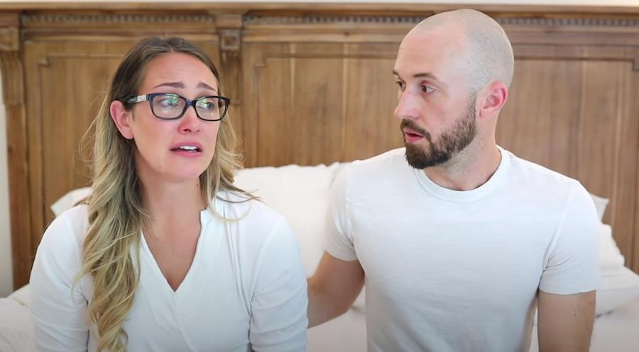Мика с мужем рассказывали со слезами, что отдали сына. Фото скриншот с канала Myka Stauffer на YouTube