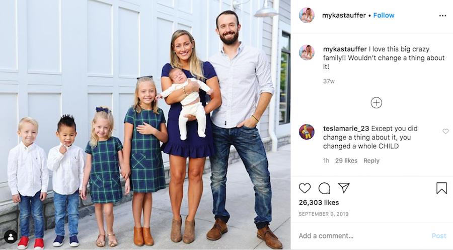 Мика часто публиковала фото счастливой большой семьи и писала, как они любят Хаксли. Фото Instagram @mykastauffer