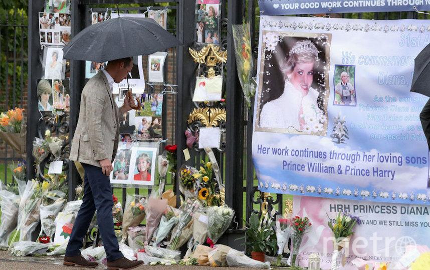 Принц Уильям возглагает цветы в годовщину гибели Дианы. Фото Getty