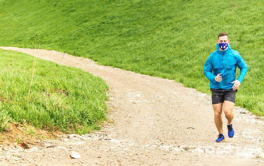 По мнению спортивного врача, профессора, доктора медицинских наук Андрея Спасского, для сохранения своего здоровья и даже жизни, лучше уж не бегать совсем, чем в ограничивающем доступ кислорода респиратор. Фото pixabay.com