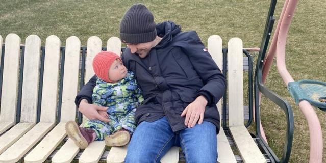 Николай приехал к жене и ребёнку из ковидной больницы.