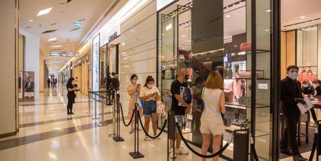 Продавцам и покупателям необходимо соблюдать дистанцию в 1,5 метра.