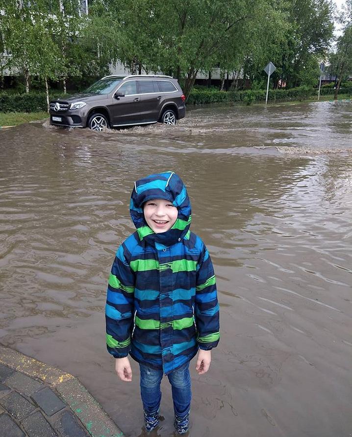 """""""Счастливый ребёнок в огроооомной луже"""". Фото Instagram @lerusia_tit"""