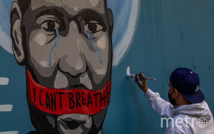Стрит-арт художник Celos нарисовал портрет Джорджа Флойда. Фото AFP
