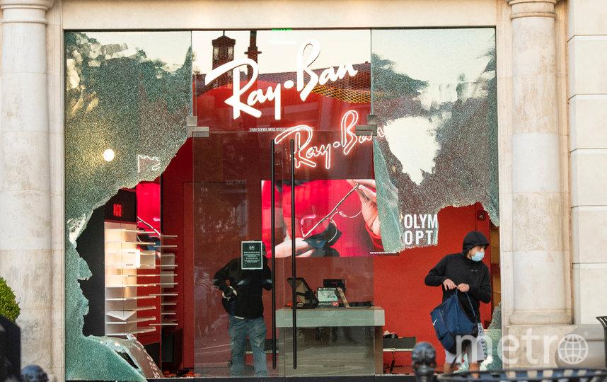 """""""Протестующие"""" выносят из бутиков всё, что попадётся под руку. Фото AFP"""
