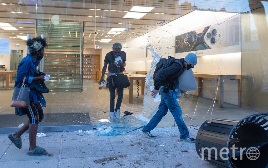Магазин Apple полностью опустошён. Фото AFP