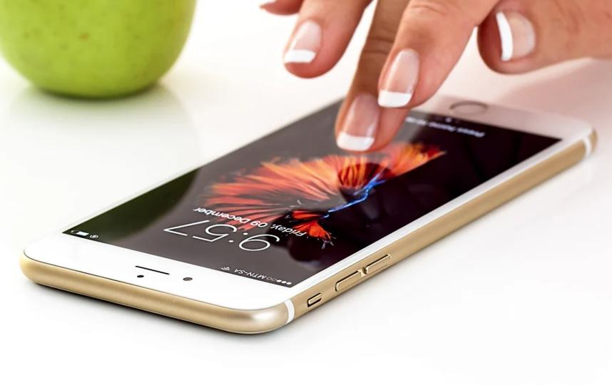 По мнению Бровко, смартфоном лучше пользоваться без перчаток или с помощью гарнитуры. Фото Pixabay