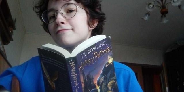"""Выпускница Женя на самоизоляции начала читать на английском """"Гарри Поттера""""."""