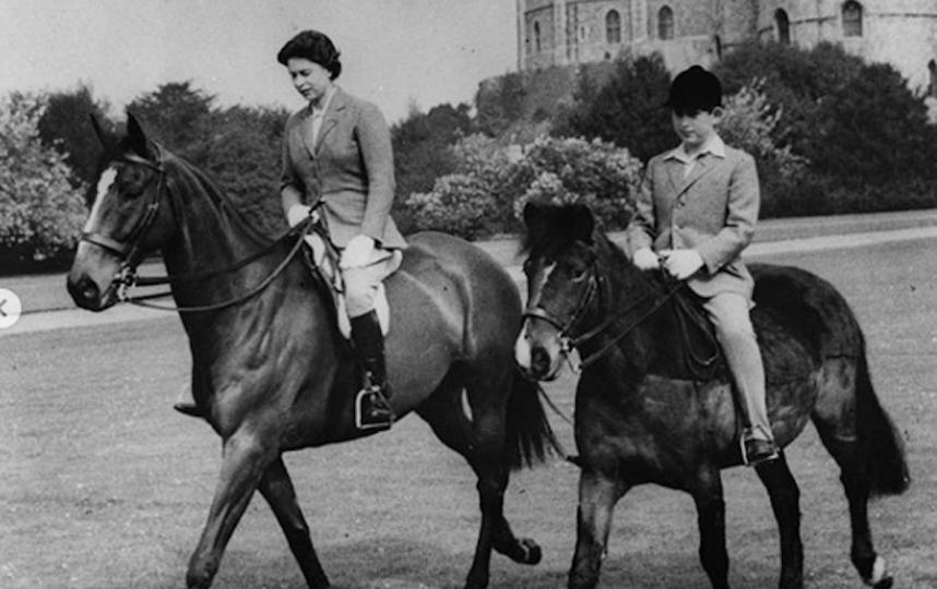 Королева Елизавета II и маленький принц Чарльз. Фото Instagram @theroyalfamily